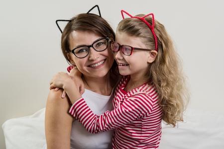 De dochter omarmt liefdevol haar moeder.