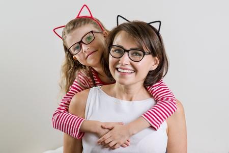De dochter omarmt liefdevol haar moeder. Ouder en kind in glazen.