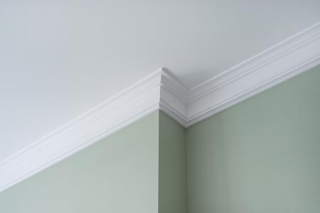 Molduras de techo en el interior, un detalle de intrincado rincón. Foto de archivo