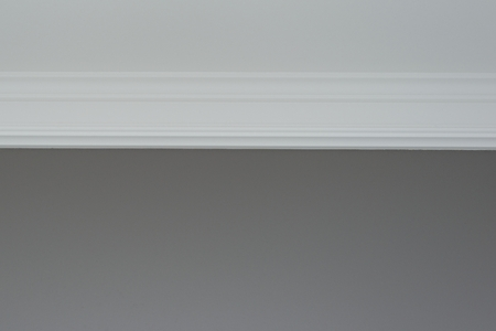 White ceiling molding, gray painted wall. Interior details close-up Imagens