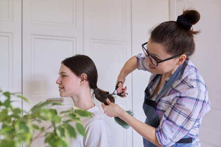 Mother cut hair daughter to teenager, cut dyed unhealthy hair.