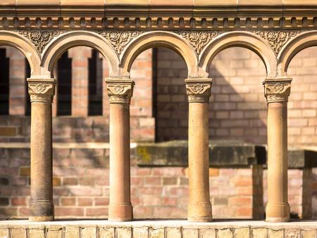 grabado antiguo: Columnas en una fila con ornates de terracota, visto en una iglesia de principios del siglo 19, construido en el estilo antiguo. Foto de archivo