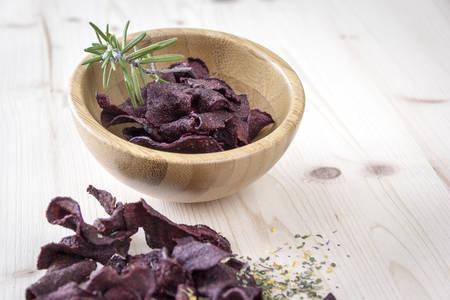 betabel: chips de remolacha crujiente con hierba de romero al horno y con cuidado. Refinada con hierbas.