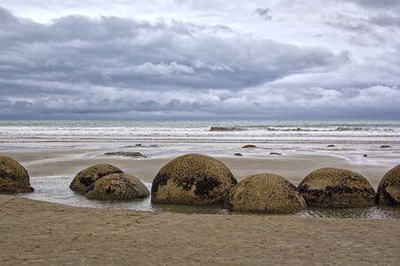 Los cantos rodados de Moeraki son cantos rodados inusualmente grandes y esféricos que se encuentran a lo largo de un tramo de la playa de Koekohe en la costa de Otago cortada por las olas de Nueva Zelanda entre Moeraki y Hampden.