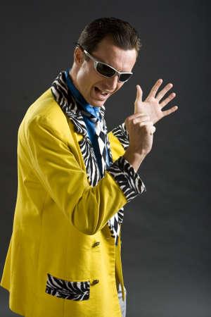showman: cantante de rockabilly de estilo retro desde los a�os 50 en la chaqueta amarilla  Foto de archivo