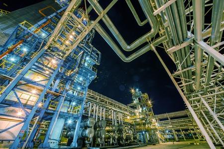 大きな石油・ ガス精製所は夜 写真素材