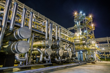 big Oil and gas Refinery At Night 版權商用圖片 - 37835480