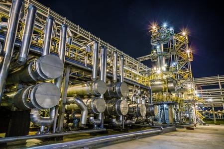 refiner�a de petr�leo: gran refiner�a de petr�leo y gas en la noche