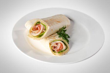 chicken sandwich: Pita Sandwich bollo de pan con jamón y tomate