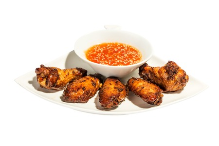 muslos: Muslos de pollo con salsa de aislados en fondo blanco