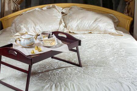enamorados en la cama: tabla de la cama con chocolates y t�