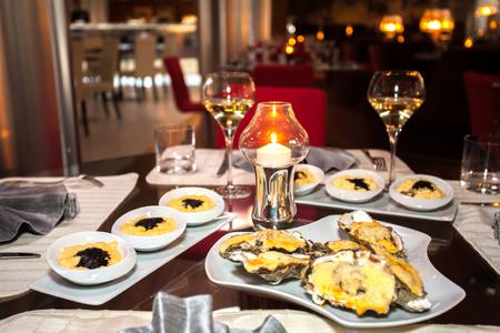 copa de vino: hermosas mesas decoradas en restaurante caro con comida