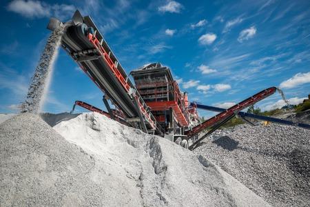 camion minero: Excavadora de cava contra el cielo en verano