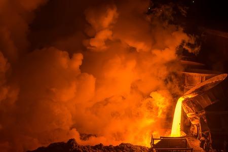 siderurgia: acero muy caliente verter en planta de acero Foto de archivo