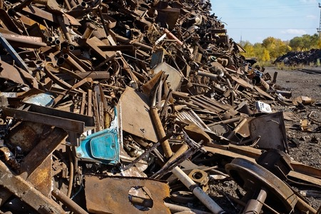 ferraille: beaucoup de ferraille rouillée gros plan métallique