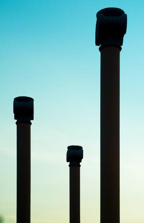 columnas romanas: Columnas romanas m�s de cielo azul vista Foto de archivo