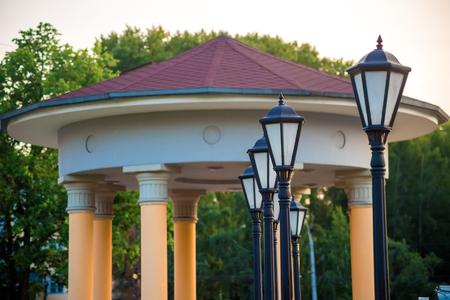 columnas romanas: Casa con columnas romanas y hilera de linternas, ver verano