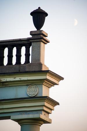 columnas romanas: Casa con columnas romanas sobre el cielo gris Foto de archivo
