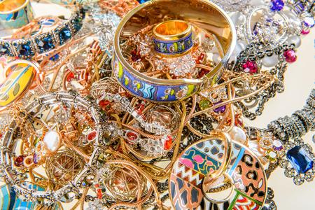 edelstenen: variëteit aan juwelen en edelstenen achtergrond Stockfoto