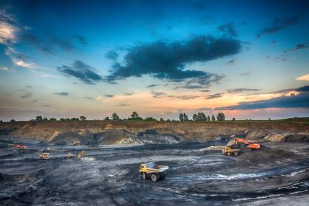 PROKOPYEVSK, REGIÓN DE KEMEROVO, RUSIA - 7 DE DICIEMBRE DE 2016: Producción de carbón en la mina de carbón