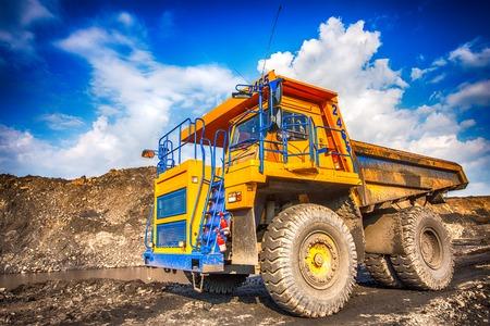 camion minero: Carro de mina amarillo grande en las obras Editorial