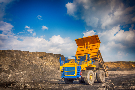 camion minero: Big yellow mining truck at worksite