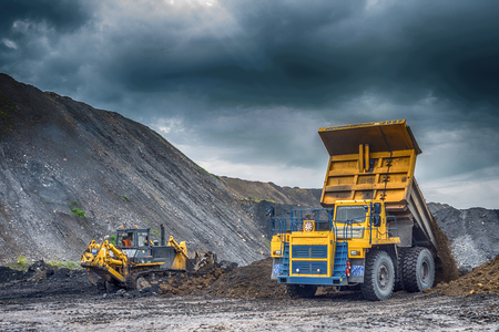 camion minero: Novokuznetsk, Rusia - 26 de julio, 2016: carro de mina amarillo grande en las obras