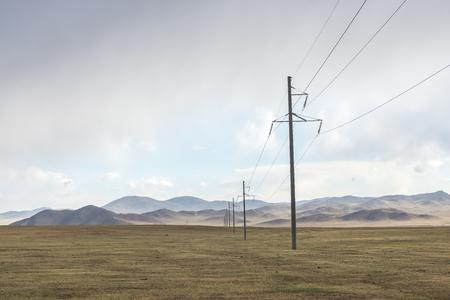 Electric power transmission pylons on grassland 版權商用圖片 - 87110191
