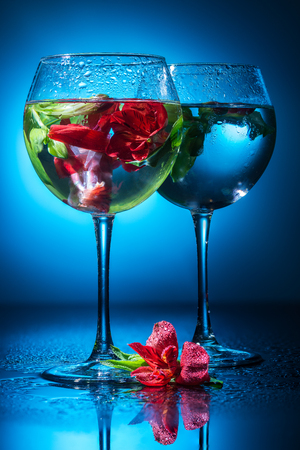wineglasses with water and flowers Standard-Bild