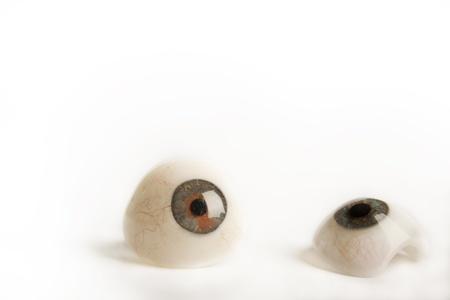 falso: Ojos de pr�tesis de cristal sobre fondo blanco