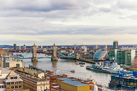 New Beautiful Urban View of London, England with Tower Bridge, City Hall and Thames River Banque d'images