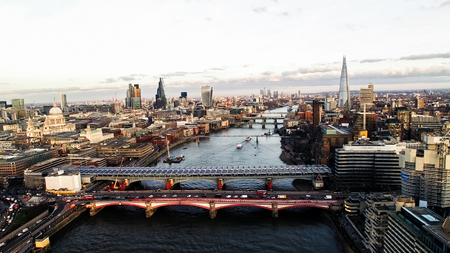 Aerial View of Financial District and Landmarks in Central London Skyline Cityscape feat. River Thames, St Paul's Cathedral, Shard and Bridges Banque d'images
