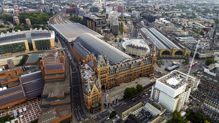 Aerial View of Iconic Architecture and Landmark Kings Cross and St Pancras Railway Stations in London, UK Banque d'images