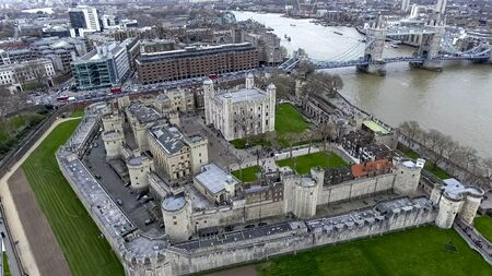 Aerial View Flying Over Tower of London Wall Castle with Tower Bridge and River Thames in England, UK Éditoriale