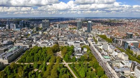 Luchtfoto financieel district van Brussel Stadsgezicht in België prestatie, zakelijke gebouwen en wolkenkrabbers met Brussels Park
