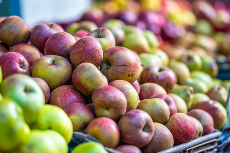 Fresh Red and Various Apples in a Market with Close Up Bokeh Background Banque d'images