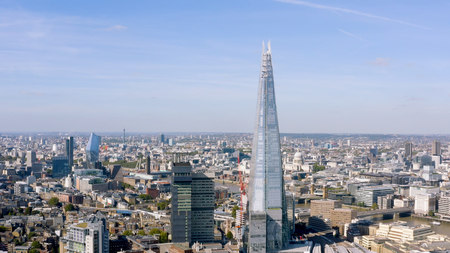 London, UK - October 2018: Aerial cinematic shot of the central London skyline featuring The Shard glass tower with a view of St. Paul's Cathedral and city of London buildings in Southwark England, UK Éditoriale