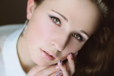 beaux yeux: belle jeune fille brune avec de beaux yeux belle jeune fille brune avec de beaux yeux Banque d'images