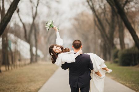 Bel matrimonio, marito e moglie, amanti uomo donna, sposa e sposo Archivio Fotografico - 40874930