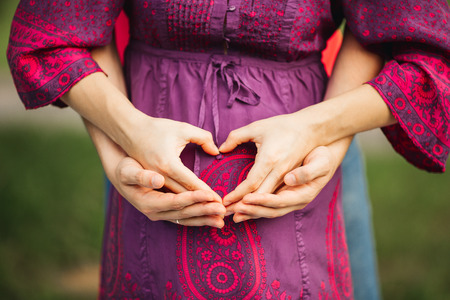 homme enceinte: belle femme enceinte et homme couple amour