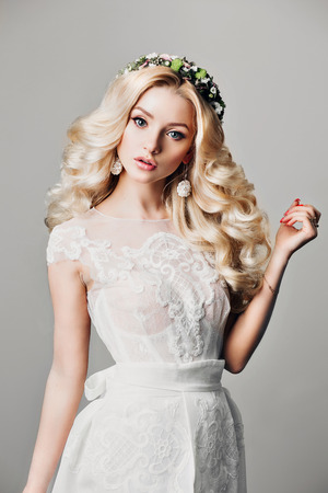 Beauty woman fashion blonde girl with long curly hair vogue style model, blond female with bright makeup and hairstyle. Fashionable blonde girl fashion studio photo, isolated, series 版權商用圖片