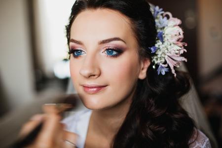 ojos azules: Hermosa chica morena con el pelo largo y la novia el maquillaje de moda