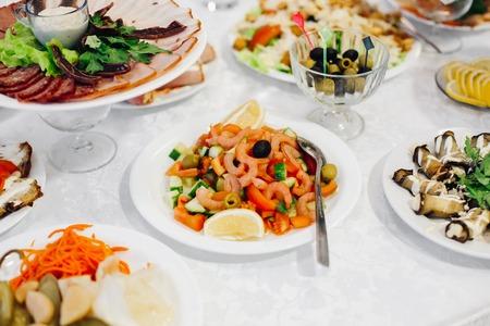 carnes y verduras: tasty salad. Vegetable salad with shrimp and mussels and lemon Foto de archivo