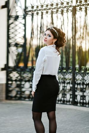 세로 라이프 스타일 카메라에 포즈 놀라운 아름 다운 여자. 유행의 옷을 입고 모델, 고가의 빛나는 액세서리 : 보석 쥬얼리와 헤어 밴드, 귀걸이