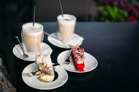Late coffee and fresh breakfast in cafe. Фото со стока