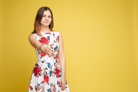 Vue de face d'une femme gardant les doigts près du menton et rêvant Banque d'images