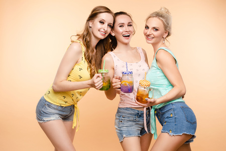 Friends in casual clothes drinking lemonade during holidays. Banco de Imagens - 124622369