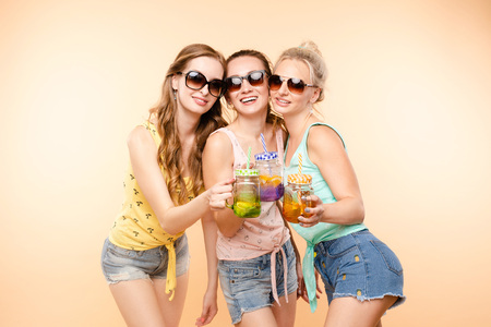Friends in casual clothes drinking lemonade during holidays. Banco de Imagens - 124622331