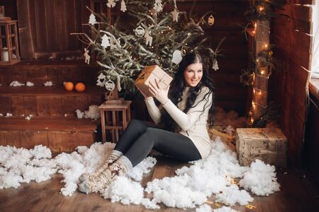 Happy woman with present under Christmas tree. Banque d'images - 132560377