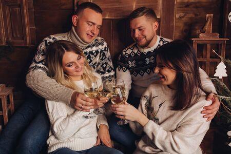 Zwei verheiratete Paare sind Freunde ein frohes neues Jahr